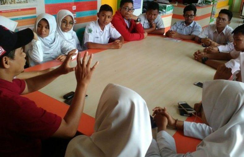 Contoh Sikap Demokrasi di Lingkungan Sekolah pemilihan ketua kelas dengan musyawarah