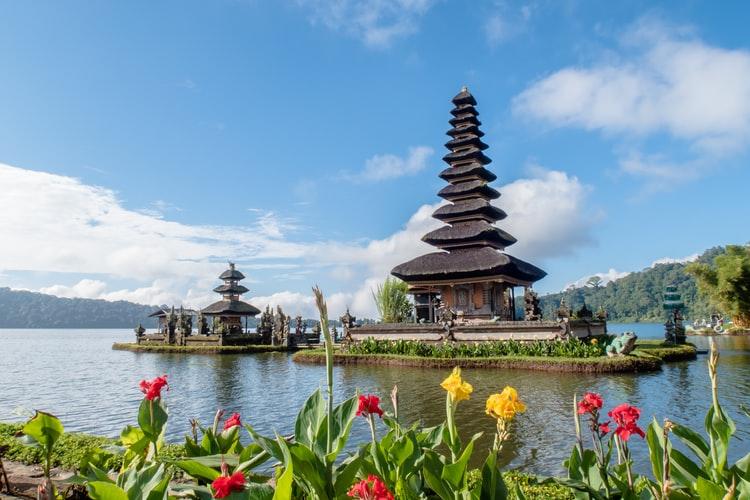 contoh sikap cinta tanah air Mengunjungi wisata di Indonesia