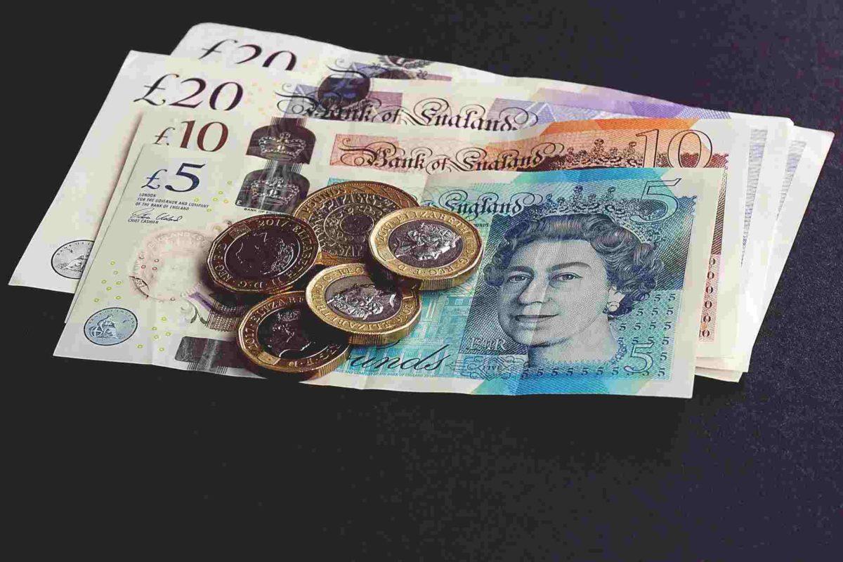 gambar uang kartal berbentuk kertas dan koin