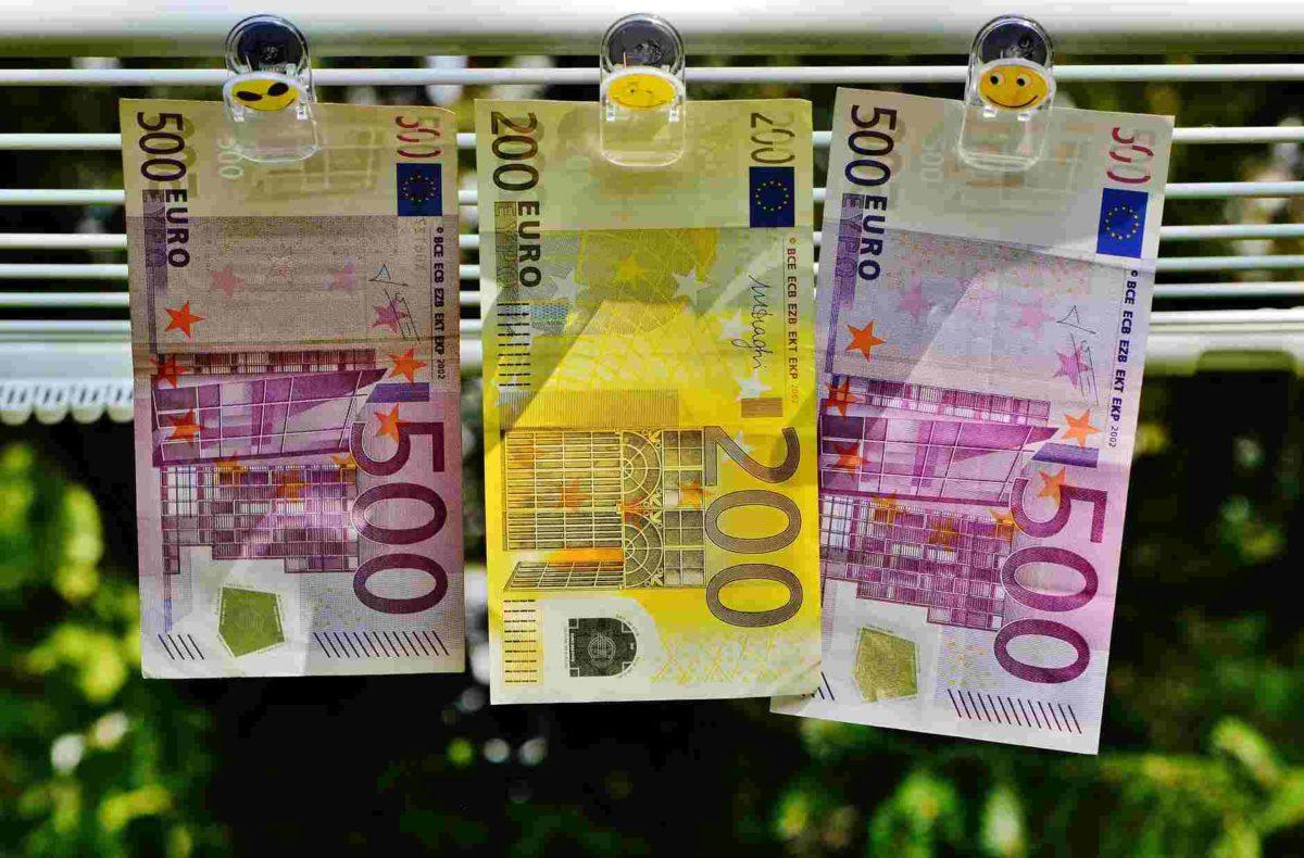 gambar uang kartal berbentuk kertas