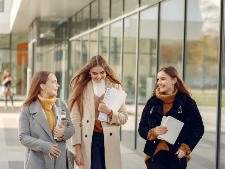 Menjaga Komunikasi yang Lancar dengan Seluruh Warga Sekolah