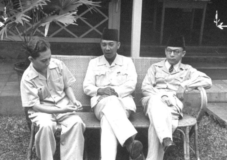 Mendesak Ir. Soekarno dan Drs. Mohammad Hatta