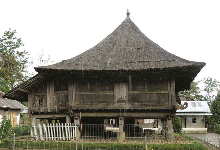 Rumah Adat Lampung Lamban Pesagi
