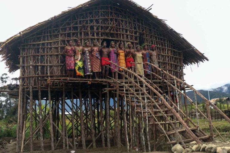 Rumah Adat Papua Kaki Seribu