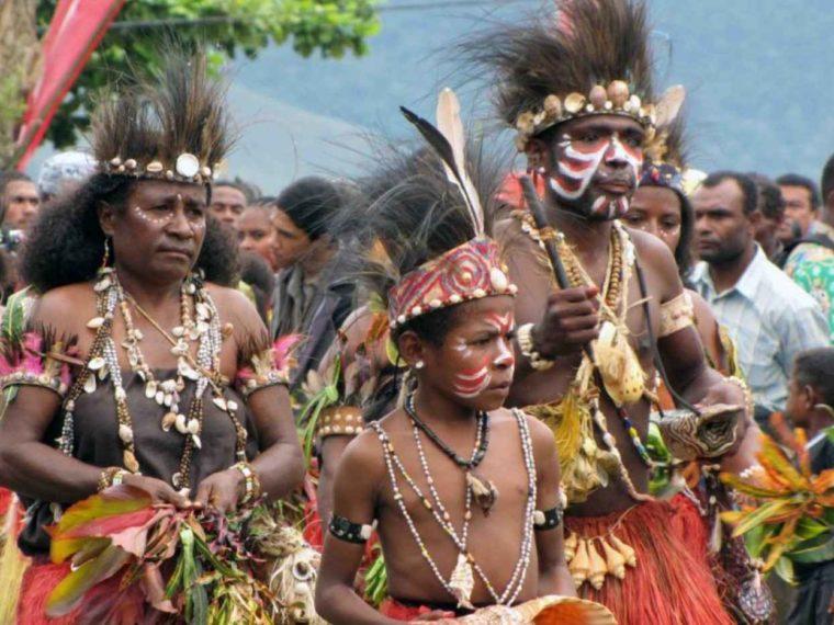 Aksesoris Pakaian Adat Papua