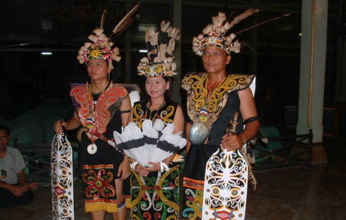 Gambar Thumbnail Pakaian Adat Kalimantan Timur