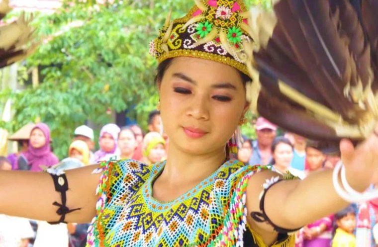 Pakaian Adat Kalimantan Barat Indulu Manik