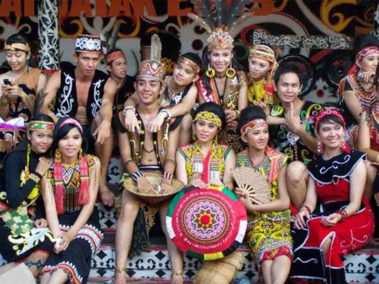 Pakaian Adat Kalimantan Barat King Tompang