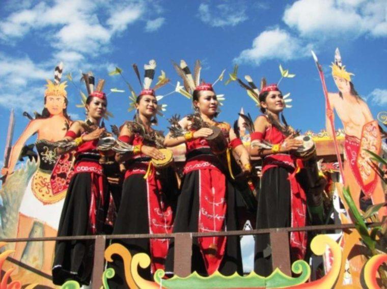 Pakaian Adat Kalimantan Timur Bulang Burai King
