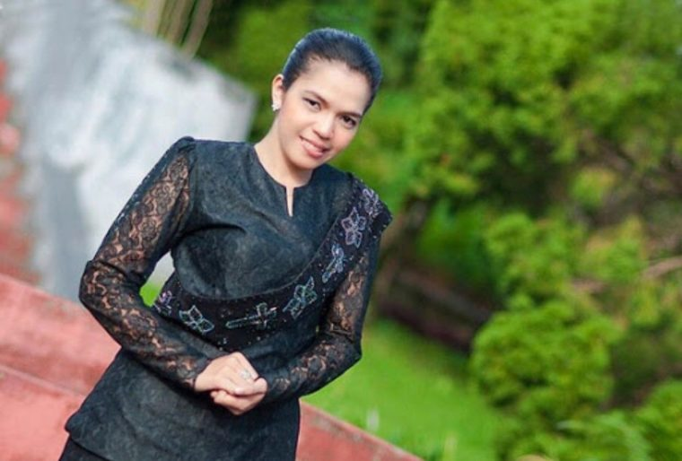 Pakaian Adat Maluku Kebaya Hitam Gereja