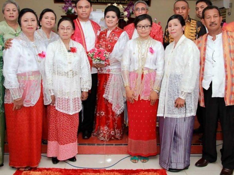 Pakaian Adat Maluku Kebaya Putih Lengan Panjang