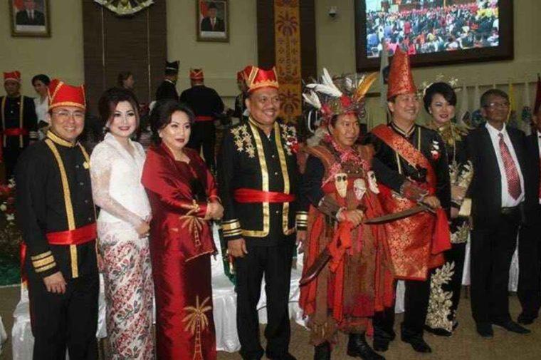 Pakaian Adat Sulawesi Utara Tonaas Wangko dan Walian Wangko