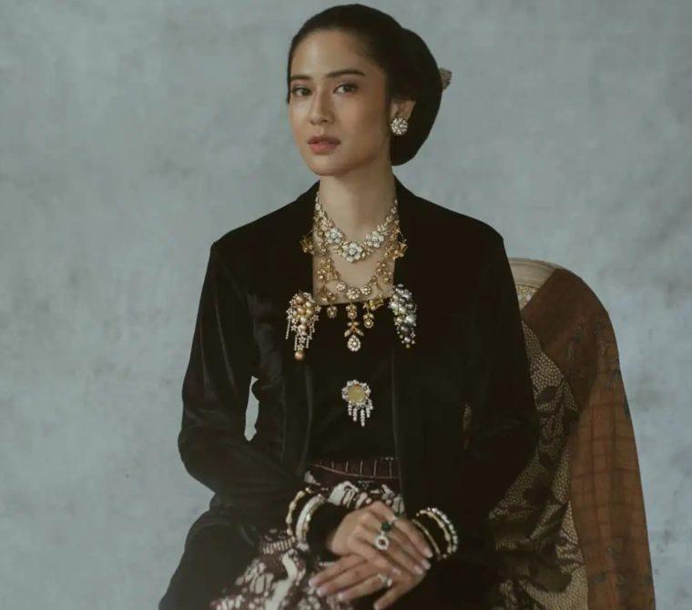 Pakaian Adat Yogyakarta Kebaya Beludru