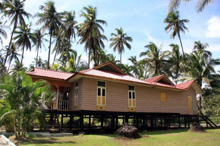Rumah Adat Kepulauan Riau Atap Limas Potong