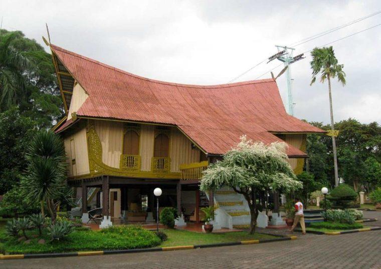 Rumah Adat Kepulauan Riau Atap Lontik