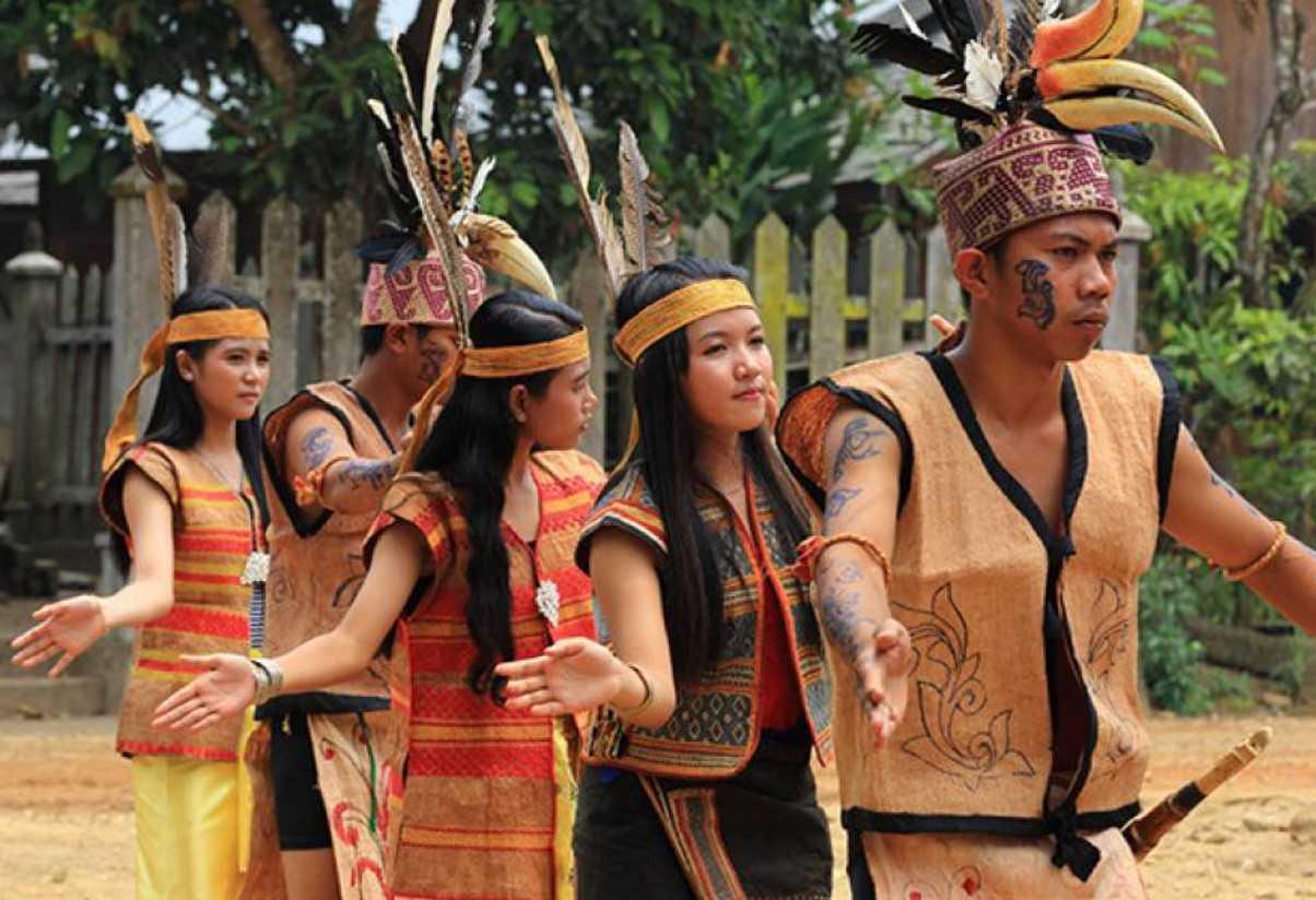 Gambar Thumbnail Pakaian Adat Kalimantan Tengah